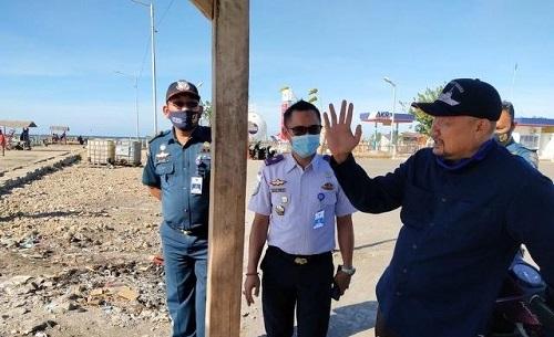 Ir H Sumail Abdullah meninjau langsung kondisi pelabuhan Kalbut di Desa Semiring, Kecamatan Mangaran, Kabupaten Situbondo, Jawa Timur, Rabu (30/09/2020). (her)
