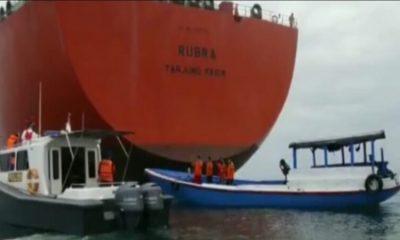 Simulasi pengamanan kapal Pertamina. (her)