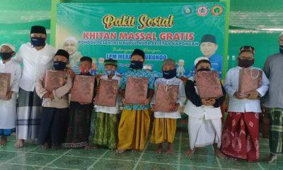 Pembina LPM Merak Situbondo Ir H Yoyok Mulyadi M Si saat foto bersama anak-anak yang selesai di khitan. (her)