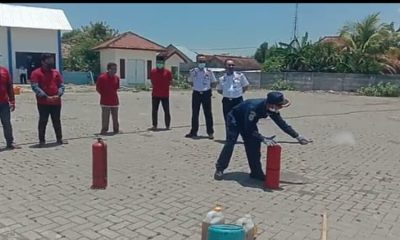 Para nelayan saat diberi arahan praktek cara memadamkan api. (her)