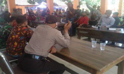 Warga unjuk rasa dan menyegel Kantor Sekretaris Desa Paowan, Selasa (13/10/2020) siang. (her)