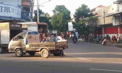 Aktivitas Bongkar Muat di Jalan Protokol Situbondo Dikeluhkan Pengguna Jalan