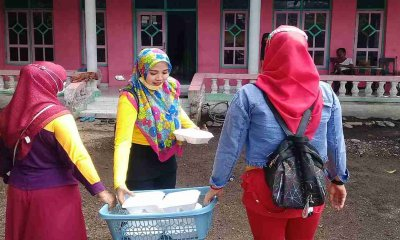 Jumat Berkah, Kades Mangaran bersama Kader Desa Bagikan Nasi Kotak